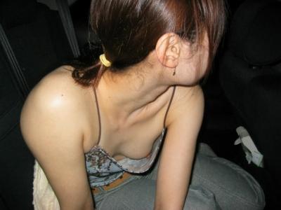 【ポロリハプニング画像】これは見逃せない!見逃したくない街角せ乳首まで見えちゃってる素人女達w 06