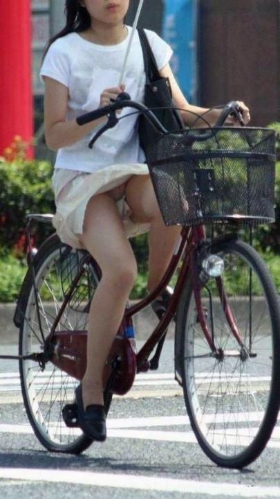 【パンチラ画像】隠す暇もなくあっという間に風にスカートめくられ見事にパンツ見えたww 13