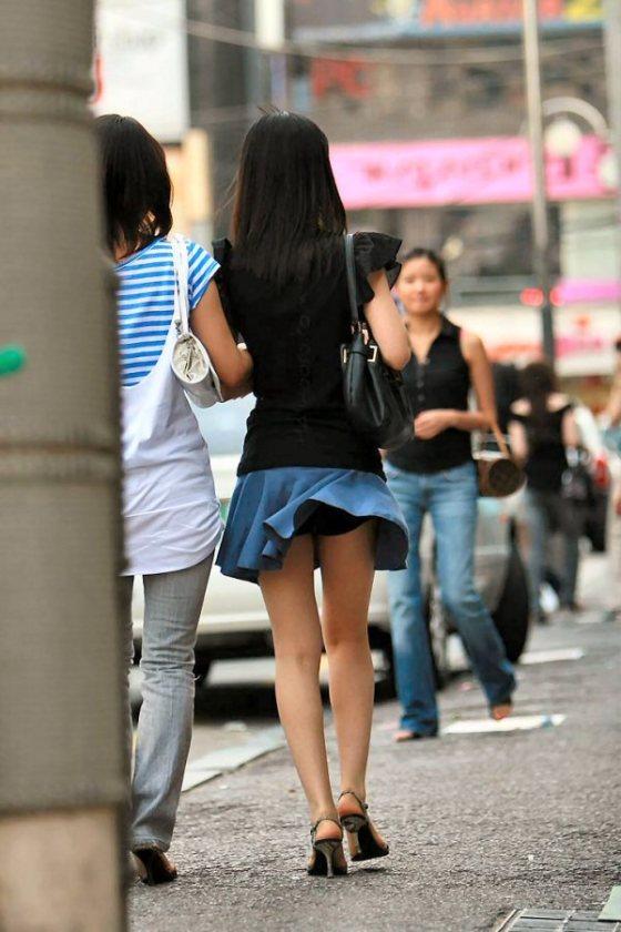 【パンチラ画像】隠す暇もなくあっという間に風にスカートめくられ見事にパンツ見えたww 20