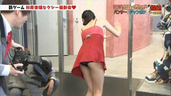 【パンチラ放送事故画像】ミニスカートで少しでも足開いた瞬間を狙い取りしたったwww 06
