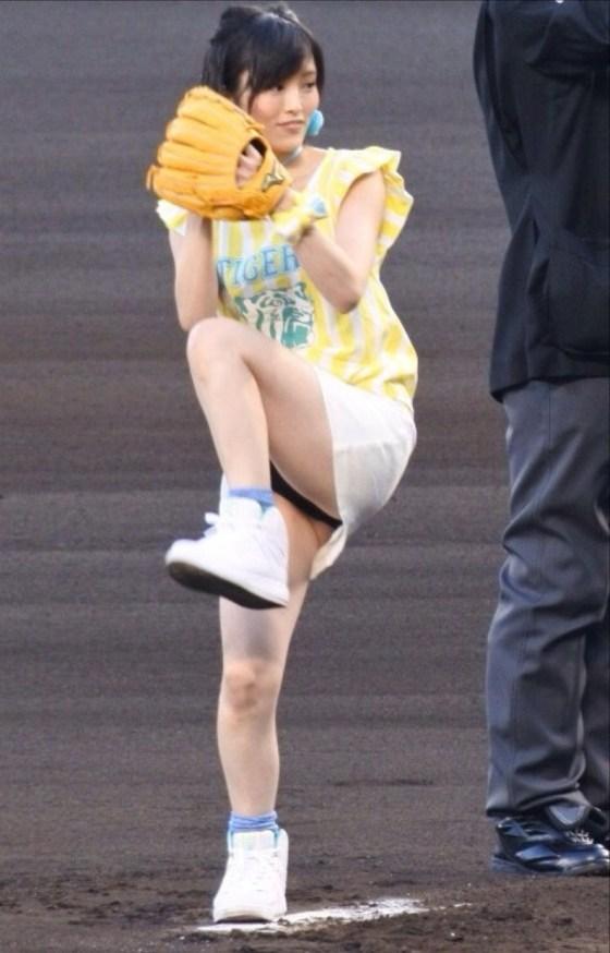 【放送事故画像】チラッとだけどそのチラが超嬉しいタレントのパンチラする瞬間www 02