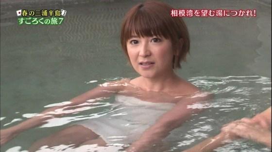 【入浴キャプ画像】湯船に浮かぶ巨乳がたまらなくエロく見えるタレントの入浴シーン 03