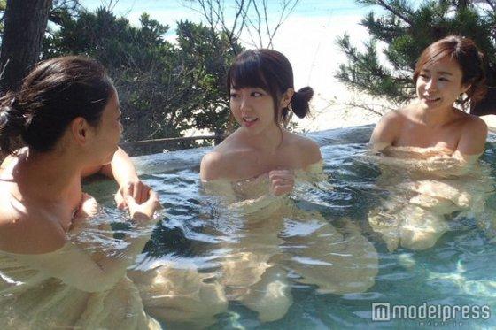 【入浴キャプ画像】湯船に浮かぶ巨乳がたまらなくエロく見えるタレントの入浴シーン 18