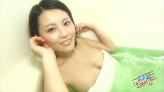 【入浴キャプ画像】湯船に浮かぶ巨乳がたまらなくエロく見えるタレントの入浴シーン 24