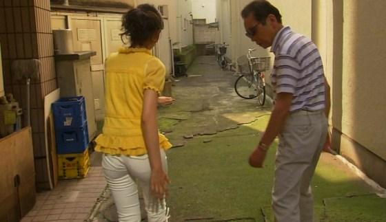 【お尻キャプ画像】キュッと食い込んだズボンからパンツラインまで見えちゃってる女子アナ達
