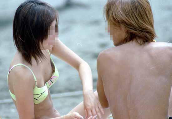 【ポロリ画像】夏の風物詩と言っても過言ではないビキニからポロリしちゃうハプニング画像ww