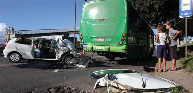 Bombeiros precisaram retirar o teto do carro para resgatar o corpo da mulher  (Edesio Ferreira/EM/D.A Press)
