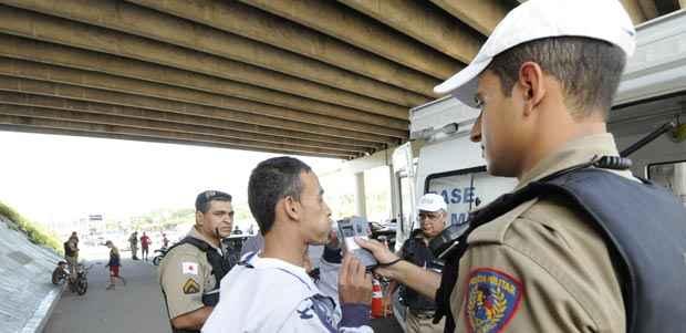 Blitz em BH para flagrar quem consome bebida alcoólica e dirige. Nas demais regiões do estado, lei é ignorada  ( Jair Amaral/EM/D.A Press)