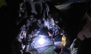 "IOM in partnership with individuals and the private sector is set to provide greater support to camps and communities that are ""off the grid"" by providing innovative solar lanterns primarily to those in developing countries. Many are without much needed light at night. © IOM 2014"