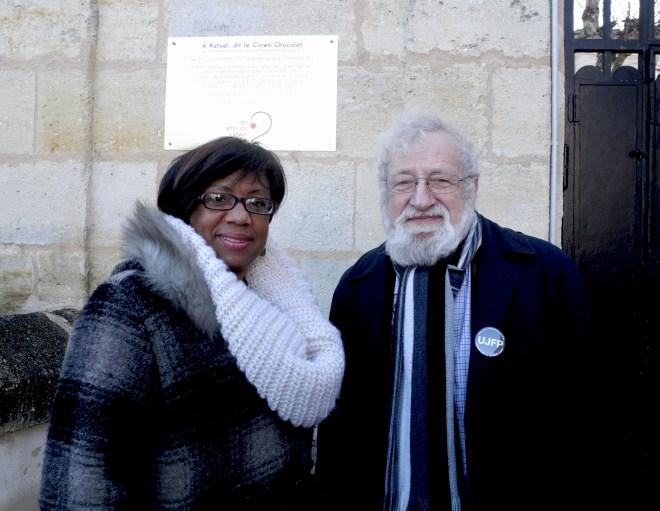 André Rosevègue et Angele Louviers improvisent un débat sur le devoir de mémoire vis-à-vis du rôle de l'esclavagisme et la France. Le tout dans un cimetière. ©Camille Mordelet