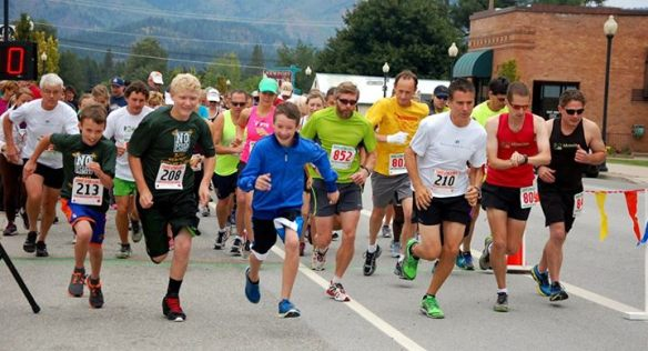 The start of the Newport Autumn Bloom 10k. I'm wearing the yellow shirt.