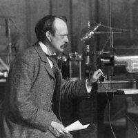 1906'da elektronların parçacık olduğunu göstererek Nobel fizik ödülü alan J.J.Thomson'un oğlu bu sefer elektronların dalga olduğunu ispatlayarak 1937'de aynı ödülü aldı.