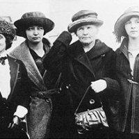 Polonyum ve Radyum'u keşfeden Marie Curie, bu maddeleri cebinde taşırdı, ve geceleyin parlamalarını beğenirdi. Bu maddelerin radyasyonu ölümüne neden olmuştur.