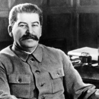 """Stalin'in oğlu teğmen Yakov nazilerle savaşırken 1941'de esir düşmüştür. Naziler Sovyetlere onu Alman mareşali Friedrich Paulus ile değişmeyi teklif etmiş ancak Stalin """"Bir mareşali bir teğmenle değiş tokuş etmem!"""" diyerek reddetmiştir. Yakov esir olarak ölmüştür."""