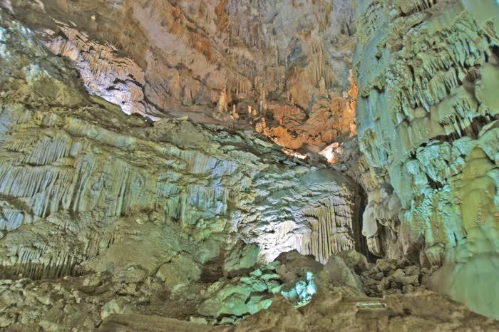 med_Jeita-Grotto--crystals--1418053804608