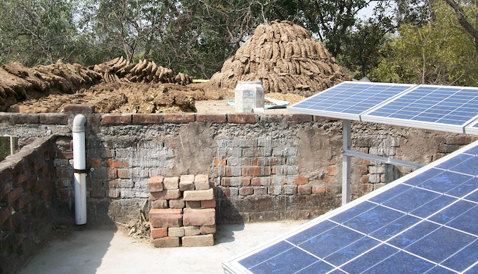 Rooftop solar power panels near Jagdishpur in northern India. (Image by Stockholm Environment Institute)