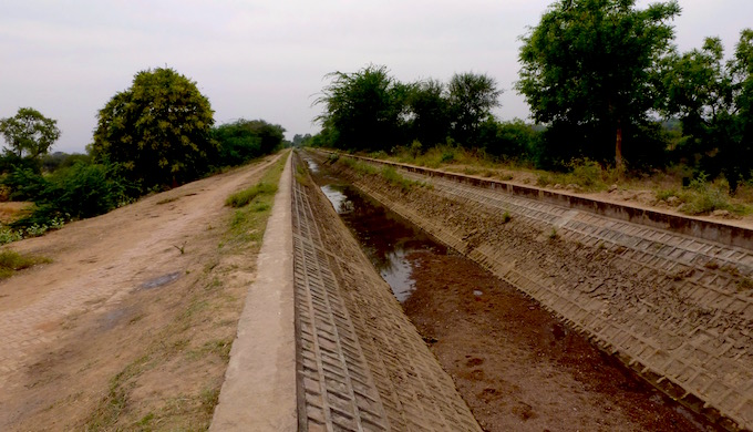 A lift irrigation canal that has run dry because there isn't enough water in the nearby river. (Image by Soumya Sarkar)