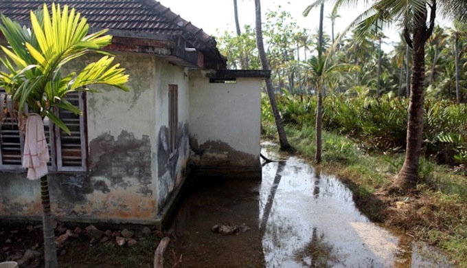 A stranded house in Munroe Thuruthu. (Photo by Ajith Lawrence)