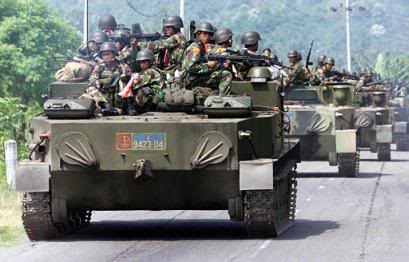 BTR-50 ditumpangi banyak personel dalam operasi militer di NAD, kira-kira kondisi seperti ini juga kerap terjadi saat operasi Seroja di Timor Timur