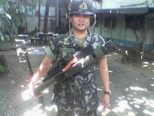 Prajurit Marinir Filipina nampak membawa Armbrust