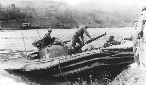 Tank Sherman saat beraksi dalam pendaratan dari sungai.