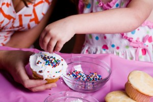Children decorating cupcakes