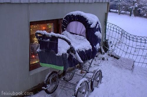 這個地方非常冷,但是嬰兒都睡在室外