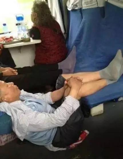 火車上的奇葩搞怪睡姿,第一張圖的男女,神同步啊!