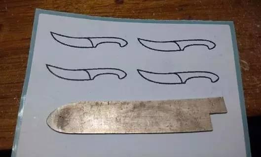 刀匠手工做了兩把小刀,最後掛在貓咪脖子上,真是萌化了!