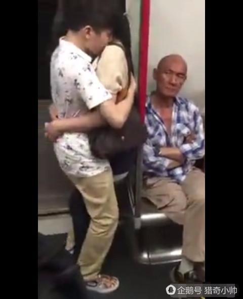 小情侶地鐵中上演現場直播,隔壁老人表情亮了