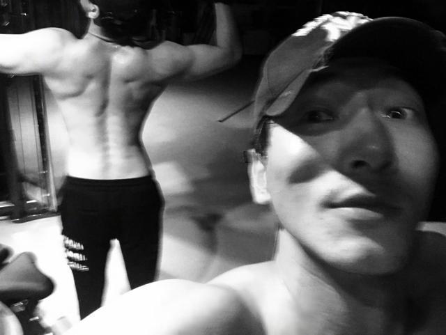 張亮甩出健身肌肉照,網友:乍一看以為是劉翔