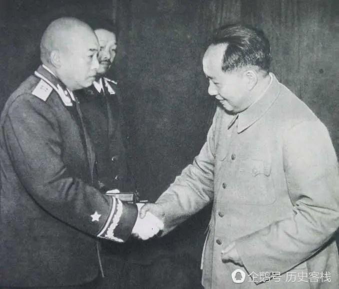 毛主席給七位元帥授銜、授勛現場,彭老總欲言又止