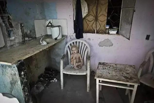 這位男子下班回家看到自家房子竟剩下一半,得知原因後也無可奈何