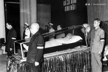 此人生前在中國監獄睡過馬桶,死後被放進水晶棺,遺體至今完好