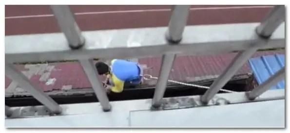 女童跌窗卡頸差點窒息,英勇男童爬樓以身托舉救了她!
