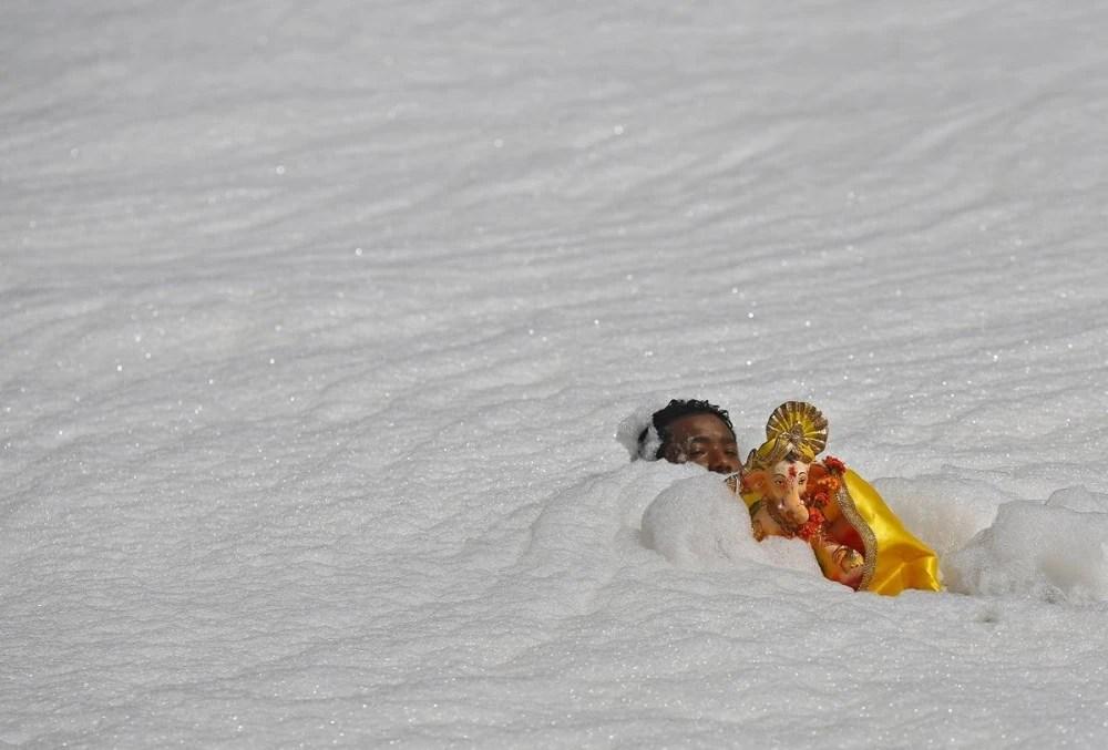 印度人體質頑強,在充滿垃圾的渾濁水裡游泳,看著頭皮直發麻