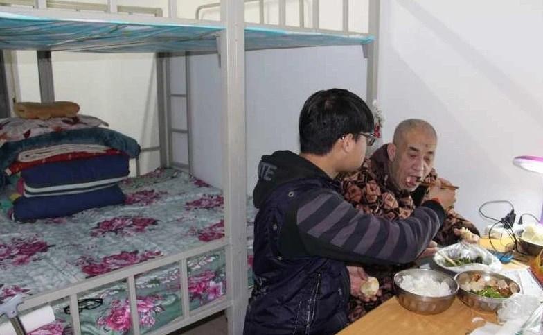 父親癱瘓,男子帶著父親上大學,與父親同住一間寢室