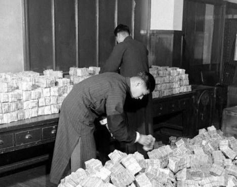 上個世紀是怎麼發工資的?來看看這一捆捆的鈔票吧!
