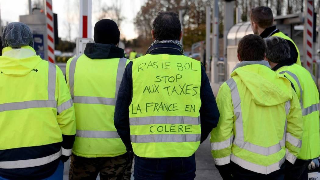 """Mouvement des gilets jaunes - Les manifestants mènent depuis leur arrivée ce matin une opération """" péage gratuit """" à la Gravelle en Mayenne. Cet après midi ils étaient entre 300 et 400 manifestants"""