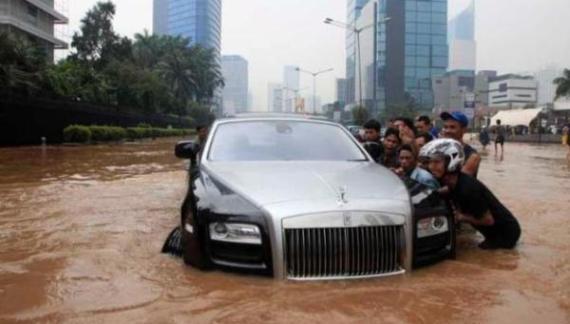 Nih Tips Berkendara Bila Banjir Menerpa