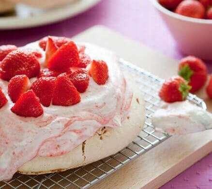 Strawberry pavlova   insimoneskitchen.com