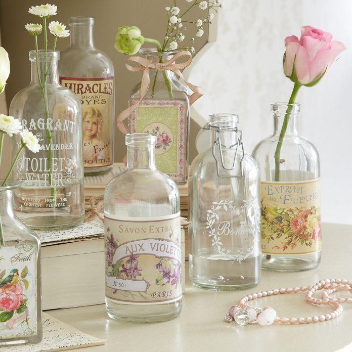 Baño Pequeno Vintage:Para dar un toque vintage a tu baño , elige algunas botellas de