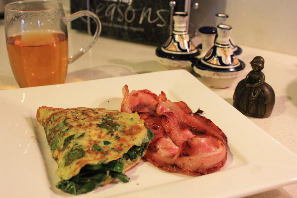 Spinach and basil pesto omelette with bacon
