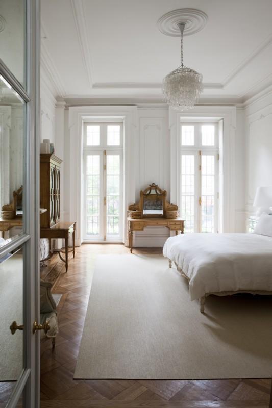 Dormitorio principal con mobiliario clásico.