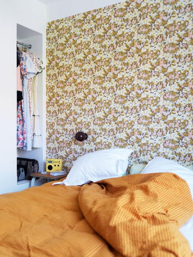 Papel pintado que hace las veces de cabecero del dormitorio.
