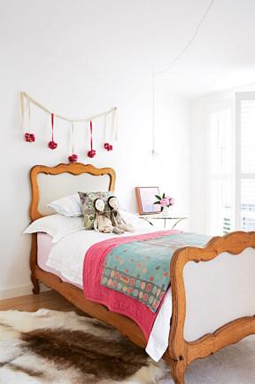 Decoración de dormitorio con guirnalda roja