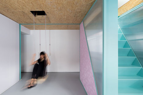 En una de las zonas que se pueden modificar con los paneles correderos, del techo y por medio de poleas, aparece un columpio.
