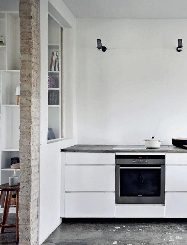 Cocina sin muebles en la parte superior, la iluminación efectiva y sencilla.