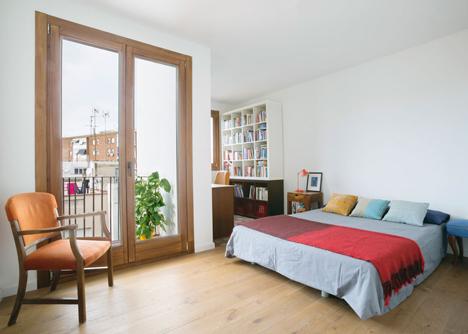 El dormitorio principal se encuentra en un extremo de la vivienda. Ahí se han mezclado los suelos de baldosa hidráulica con dibujo de flores y el de tarima de madera.