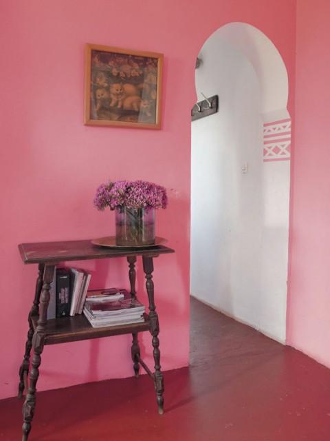 El rosa y el precioso suelo rojo combinan muy bien en esta zona de paso. El arco lobulado da el carácter árabe a la vivienda.